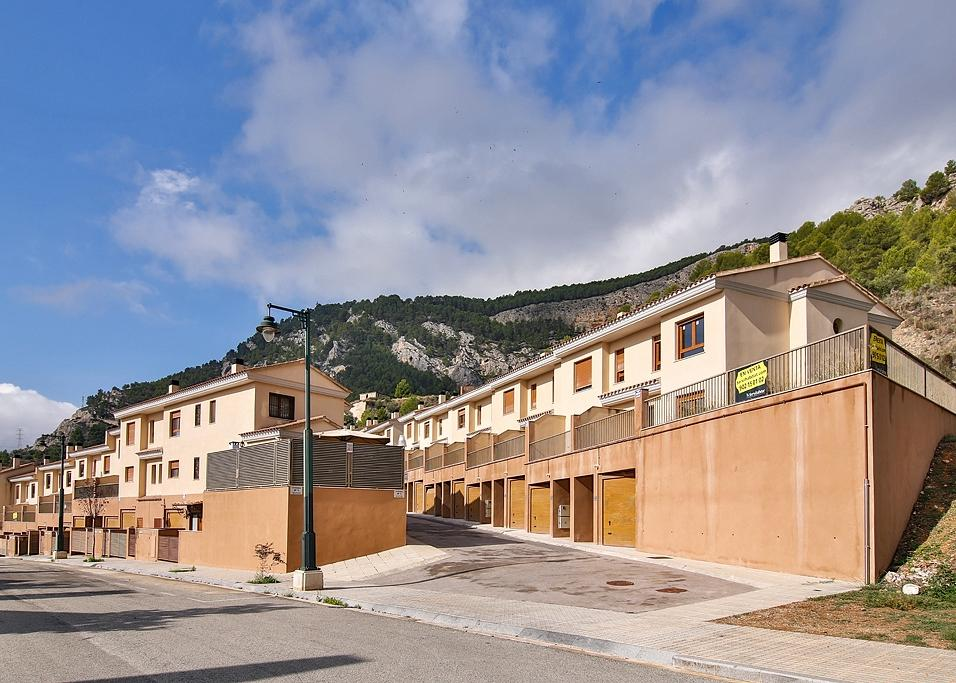 New 3 Bedroom Townhouses with community pool in Alcoi, Alicante, From €99,000!