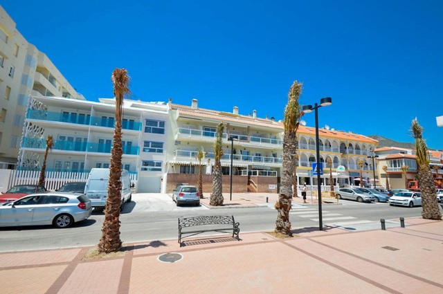 Frontline 2 Bed Apartment for sale in Paseo Maritimo, Fuengirola, Málaga, Spain, €250,000