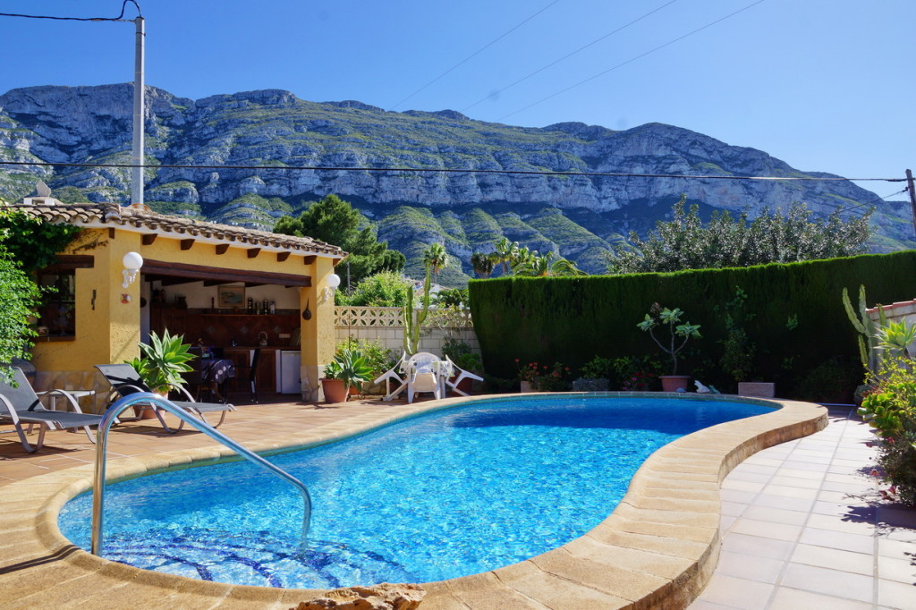 Detached 3 Bedroom Villa with Swimming Pool in Denia with views to Montgo €297,000