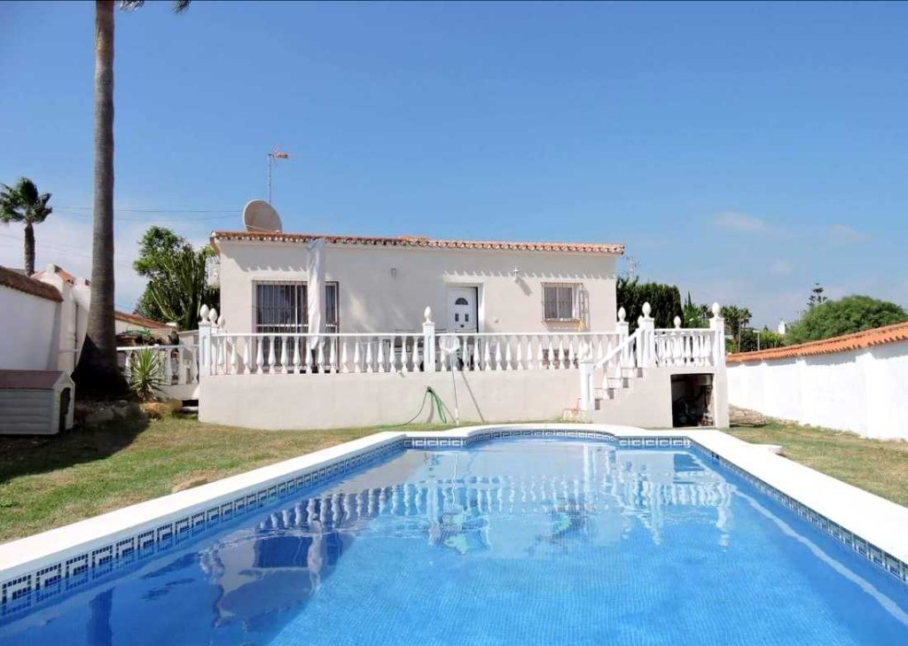 Detached 2 Bedroom Bungalow in Buenas Noches, Estepona, Malaga, €267,000